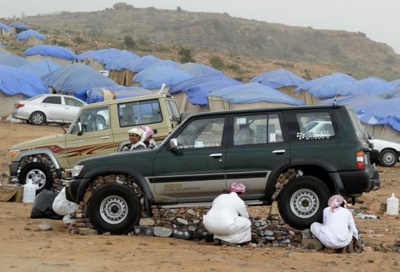 Интересное: Когда арабу делать нечего, он машины камнями обкладывает