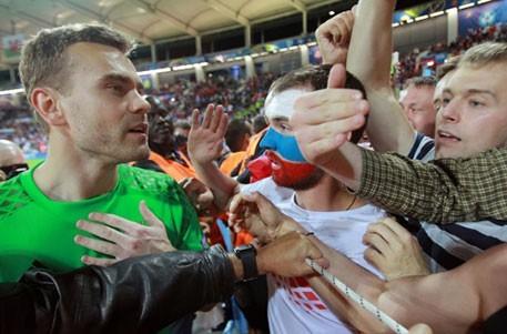 Спорт: Акинфеев один поднялся на трибуну к своим болельщикам
