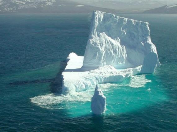 Природа: Айсберг в океане
