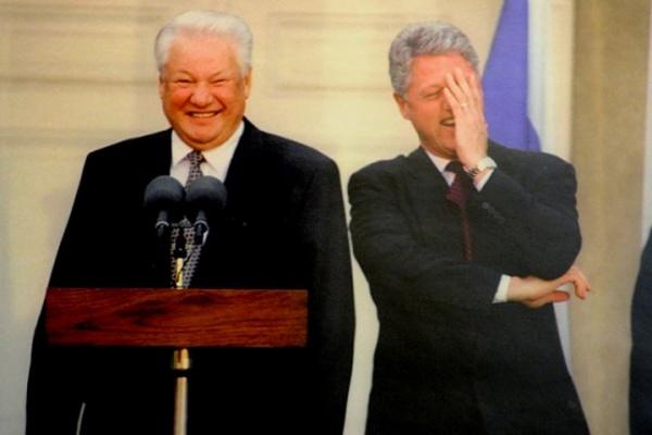 Общество: Ельцин-центр переписывает историю 90-х. Михалков и народ против
