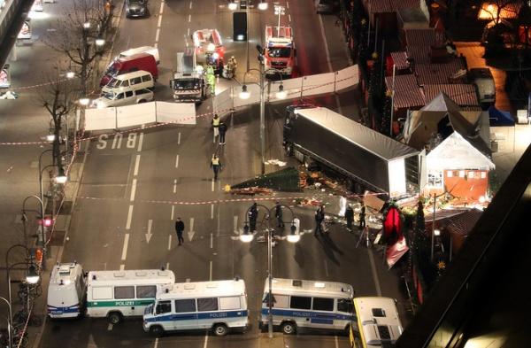 Происшествия: Грузовик протаранил толпу на рождественском рынке в Германии