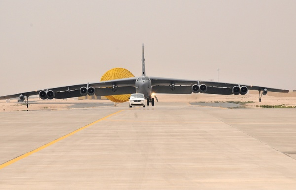 Происшествия: У бомбардировщика B-52 ВВС США во время полета отвалился двигатель