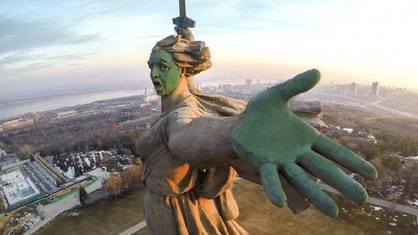 Общество: Навальнята поглумились над памятником Родина-Мать