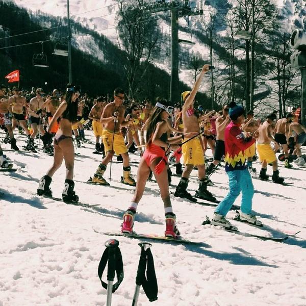 Спорт: Массовый спуск с горы в купальниках в Сочи