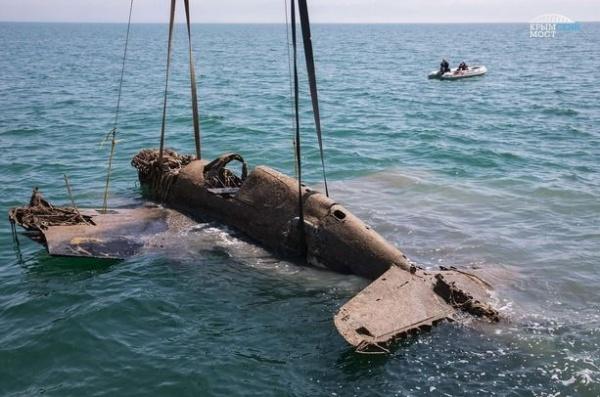 Интересное: Строители Крымского моста помогли поднять со дна самолет времен ВОВ