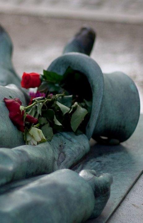 Интересное: Могила Виктора Нуаре — магнит для парижских женщин