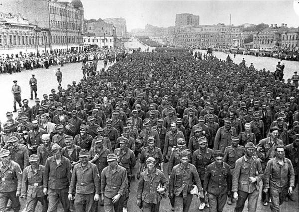 История: 17 июля 1944 года 57 тысяч немецких военнопленных солдат и офицеров колонной прошли по улицам Москвы