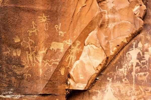 Интересное: *Газетный камень* - самый известный утес с древними петроглифами в Америке