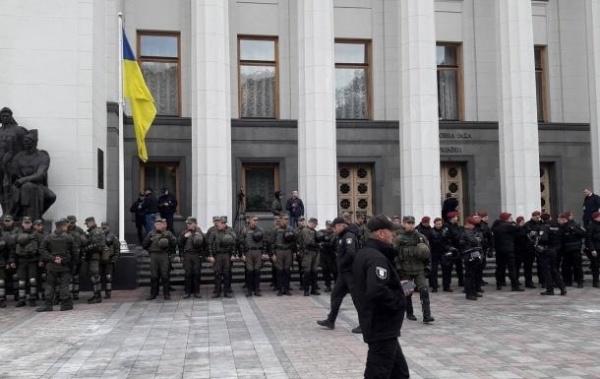 Украина: К Киевской Раде стянули полицию и Нацгвардию