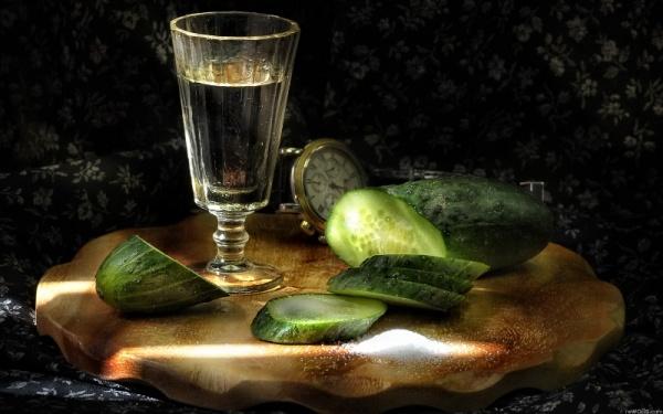 Интересное: Рюмка водки на столе