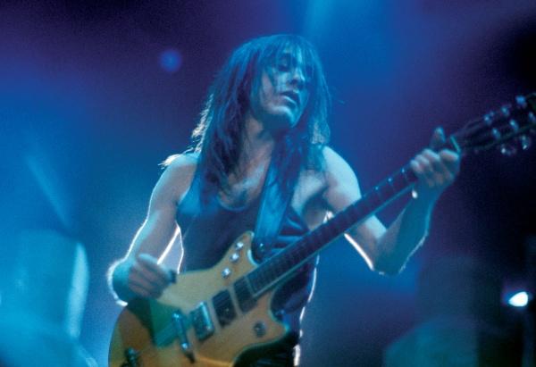 Личность: Умер гитарист группы AC/DC Малькольм Янг