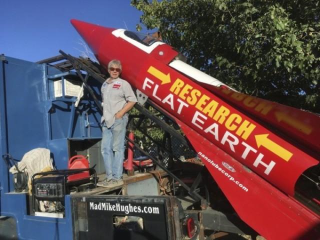 Мужчина строит самодельную ракету, чтобы обосновать, что Земля— плоская