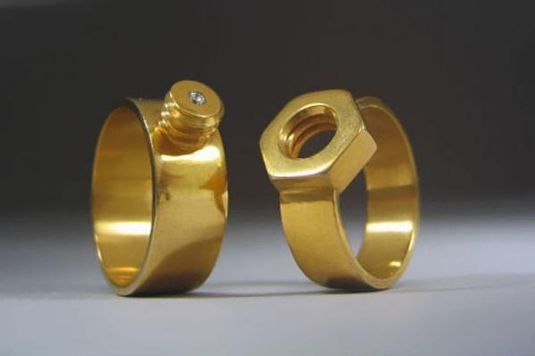 Семья: Почему мы носим обручальное кольцо на правой руке?