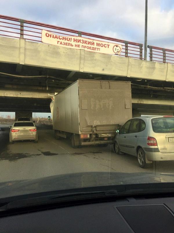 Происшествия: (Дуракам закон не писан) В Питере уже 16-я автомашина врезалась в мост с надписью «Газель не проедет»