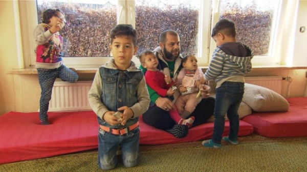 Безумный мир: Сириец на пособие привез в Германию 2 жены и 6 детей