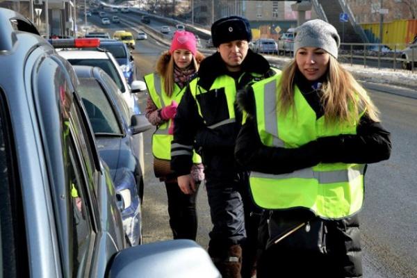 Право и закон: ГИБДД разъяснила, могут ли инспекторы проверять наличие световозвращающих жилетов на дороге.