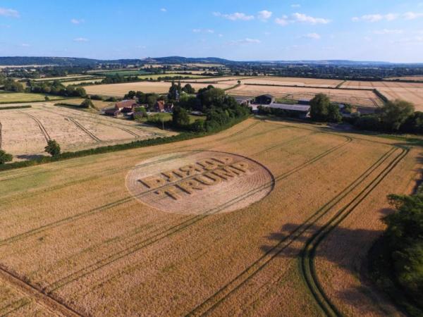 Интересное: Гигантская надпись «Б***ь Trump» появилась на поле в Британии