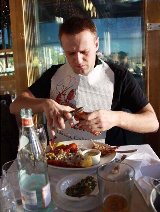 Либерасты: Борец с коррупцией Навальный уничтожает запасы лобстеров, чтоб чиновникам из РФ не досталось