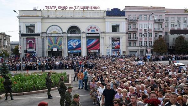 Личность: На прощание с Захарченко в Донецке пришли более 120 тысяч человек