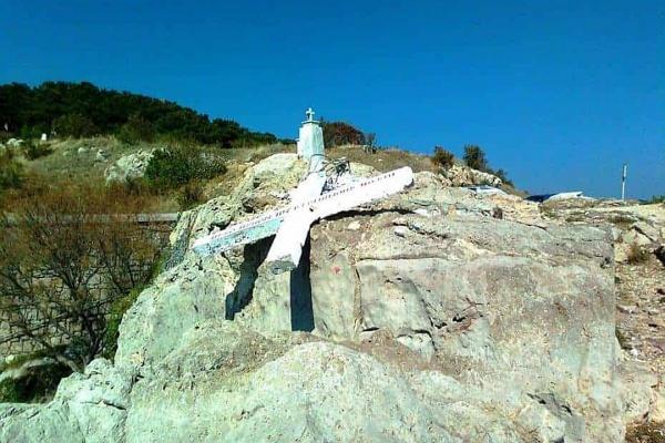 Безумный мир: На греческом острове снесли крест в угоду мигрантам