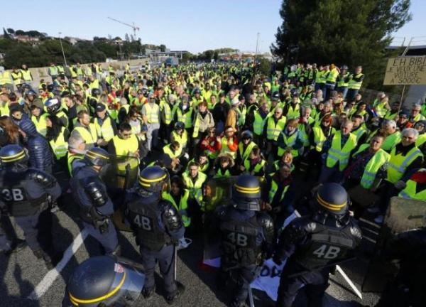 Стеб: Посол Белоруссии во Франции раздавал драники протестующим на площади l'Étoile