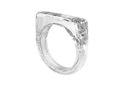 Интересное: Бриллиантовое кольцо без оправы