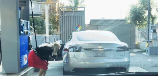 Интересное: Блондинка пытается заправить Tesla бензином