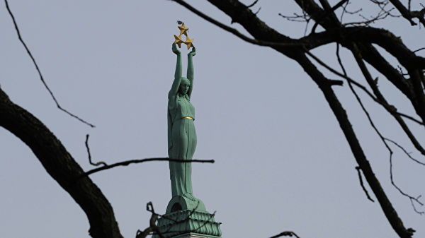 Прибалтика: В Риге американских солдат оштрафовали за справление нужды у памятника