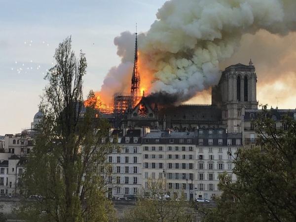 Происшествия: В Париже загорелся Собор Парижской Богоматери