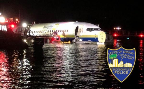 Происшествия: Пассажирский Boeing 737 упал в реку в США