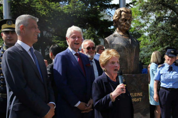 Политика: В Косово открыли бюст Мадлен Олбрайт в благодарность за бомбардировки Югославии