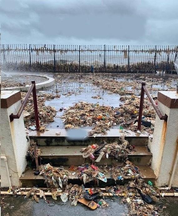 Природа: Ежегодный муссонный ритуал океана в Мумбаи, возвращающий то, что было в него сброшено...