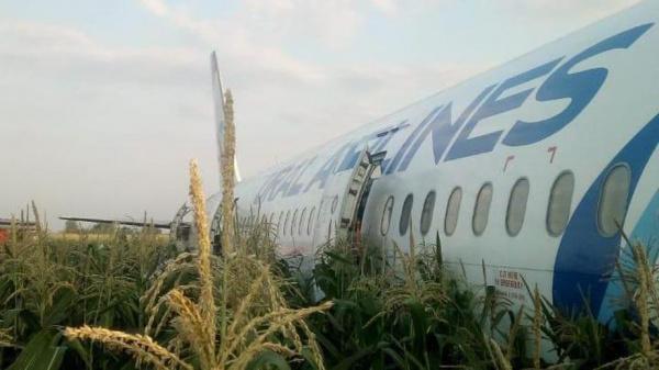 Происшествия: Самолет Уральских авиалиний совершил аварийную посадку в километре от взлётной полосы