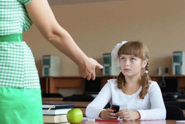Новости: Минпросвещения рекомендовало ограничить использование мобильных телефонов в школах