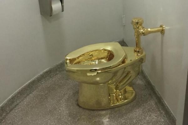 Происшествия: Золотой унитаз  из 18-каратного золота под названием «Америка» — украден из Бленхеймского дворца в Англии