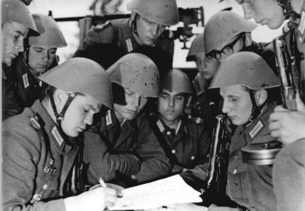 История: Какие бывшие немецкие офицеры Гитлера стали командовать войсками ГДР