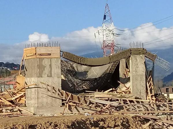Строили мы строили, и наконец построили. В Адлере развалилось свежепостроенное здание.