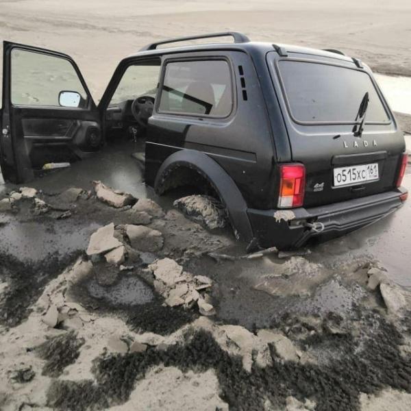 Происшествия: Слабоумие и отвага:  девять машин застряли в иле, катаясь по обмелевшим Дону и Таганрогскому заливу