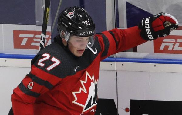 Спорт: Капитан канадских хоккеистов извинился за то, что не снял шлем во время исполнения гимна России