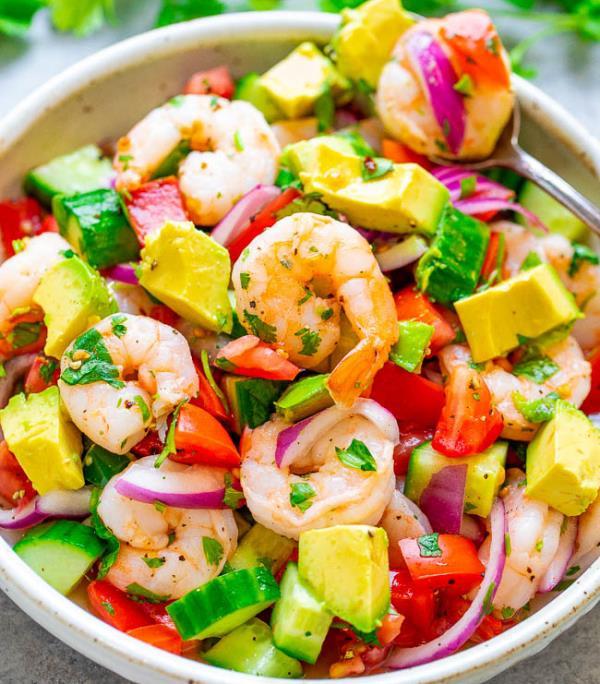 Полезные советы: Салат с креветками, авокадо и помидорами