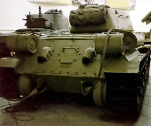 Интересное: Для чего на корме Т-34 два цилиндра?