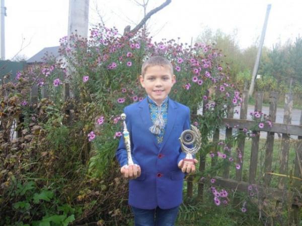 Украина: На Украине полоумные кастрюли затравили мальчика-сироту за исполнение песни Смуглянка в Лондоне
