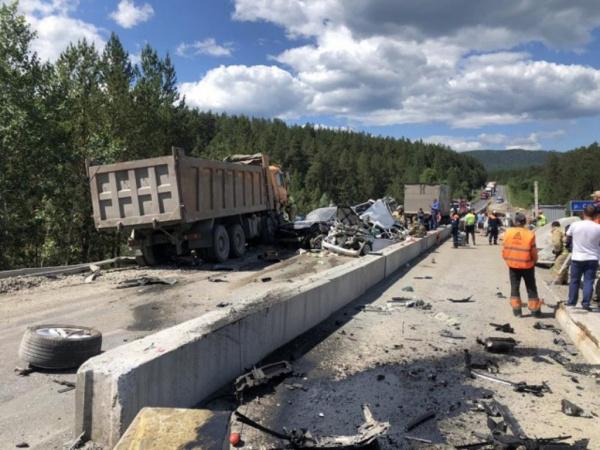 Происшествия: В Челябинской области неуправляемая фура смяла четыре легковушки на трассе