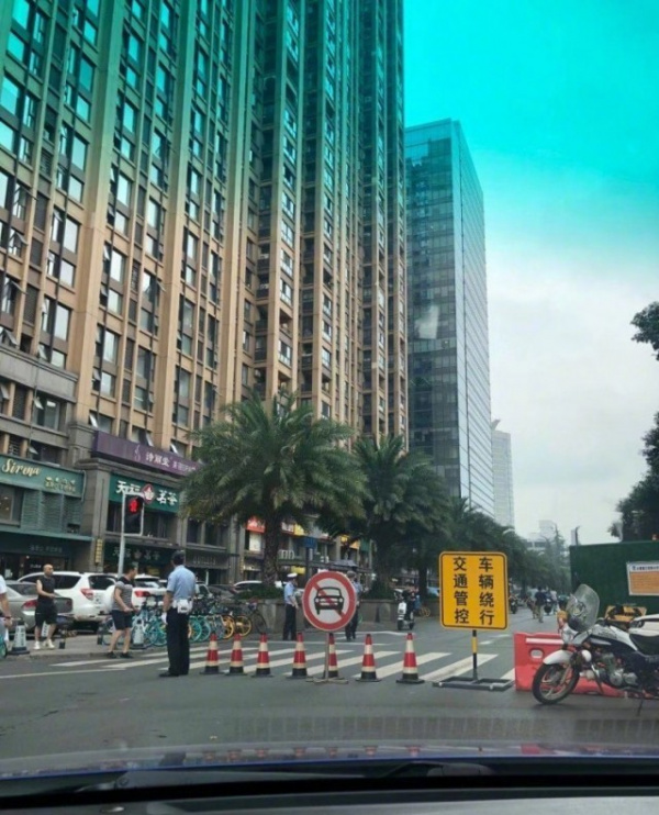 Политика: Народная вооруженная милиция Китая оцепила генконсульство США в Чэнду