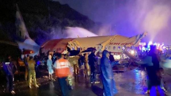 Происшествия: Boeing 737-8HG разломился после посадки в аэропорту индийского города Кожикоде