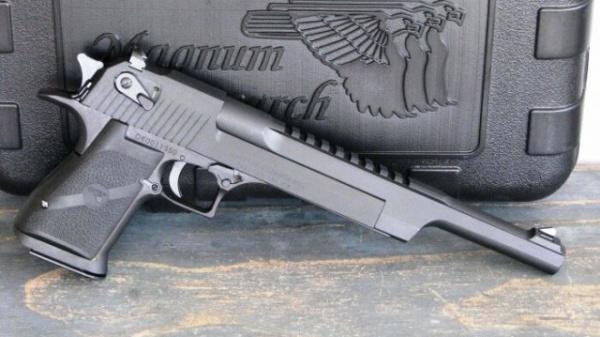 Интересное: Что за пистолет был у Шварца в «Красной Жаре»?