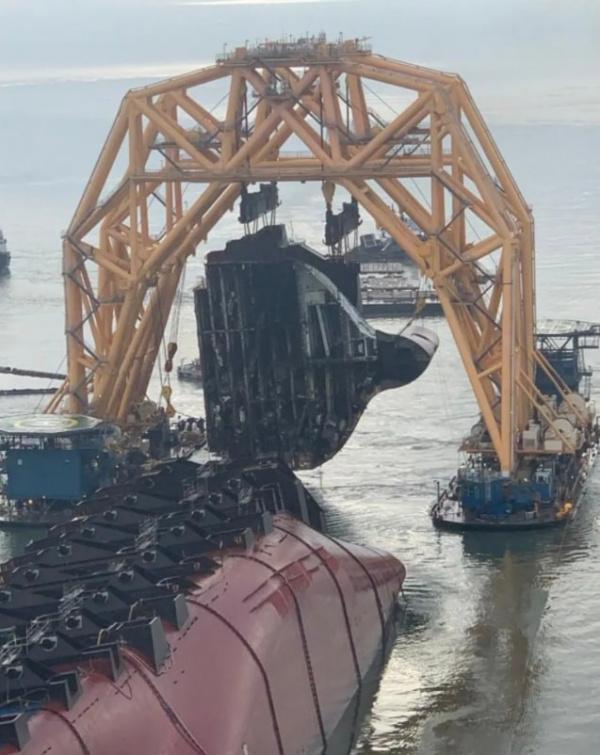 Интересное: Судно MV Golden Ray подняли и пилят по частям