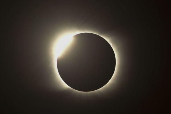 Природа: Очевидцы сняли на фото и видео полное солнечное затмение
