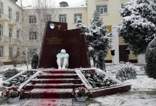 Коронавирус: В Махачкале открыли памятник врачам, погибшим в борьбе с коронавирусом