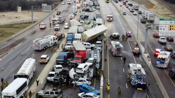 Происшествия: В Техасе из-за гололеда столкнулись больше 100 машин
